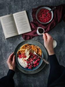 winterliche Pancakes Bowl mit Früchten