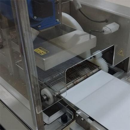 Visão da saída da cobrideira de Chocolate Industrial COB-V
