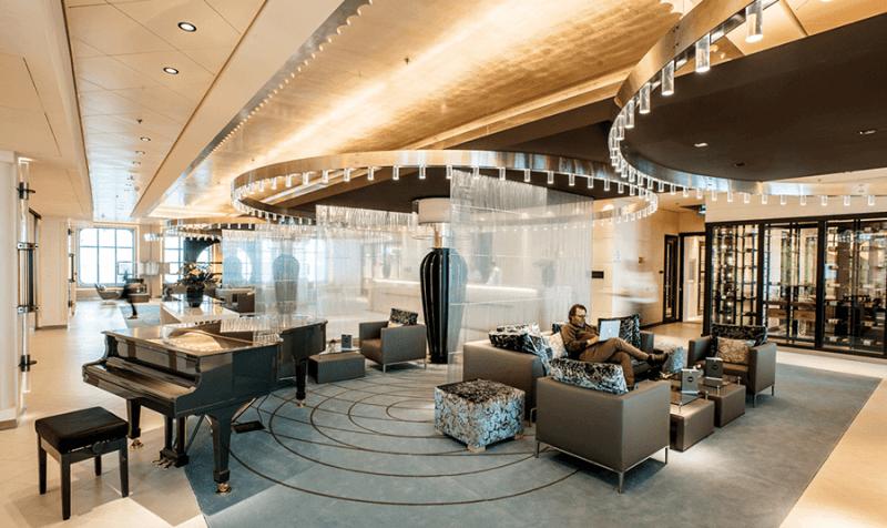 VONsociety: Cruise, Europa 2, Pianobar in der Lobby