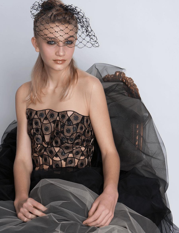 VONsociety: Ballkleider, Couture Kleid mit Tüllrock von Michel Mayer, Headpiece mit Spitze von Niely Hoetsch © Paul Harris