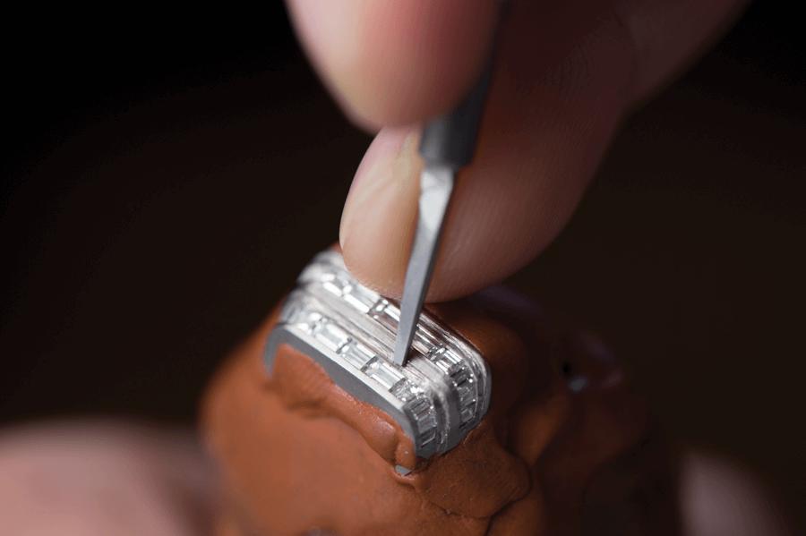 VONsociety: Reverso One, Jaeger-LeCoultre, Handwerker beim Ausfassen des Godrons