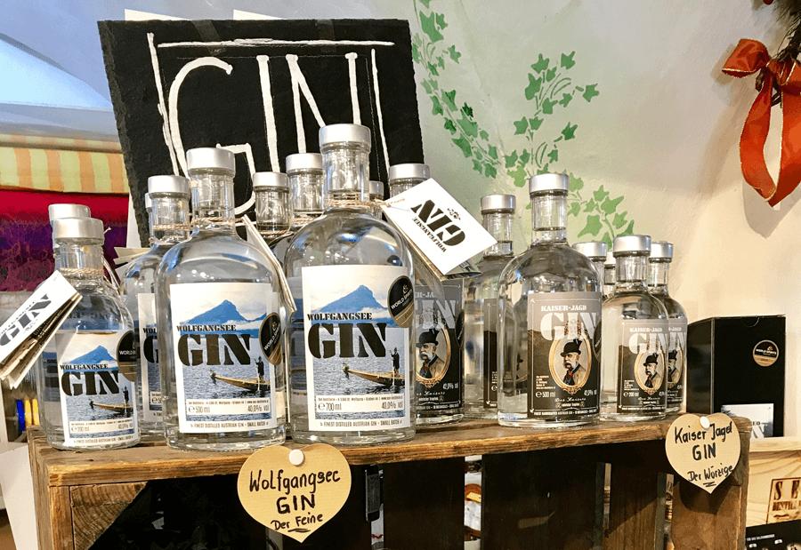 VONsociety: Regal mit unterschiedlich großen Gin Flaschen der Seedestillerie in St. Wolfgang