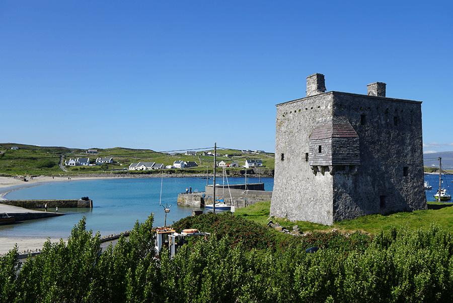 VONsociety: Verabredung mit Single Malt, Isle of Clare, Burg über dem Hafen