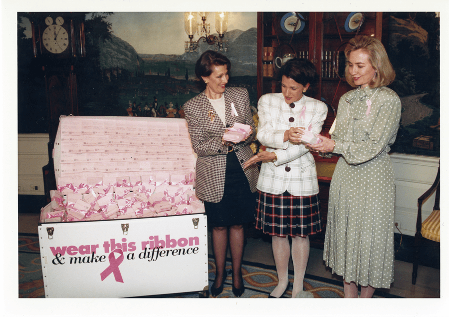 VONsociety: 25 Jahre Pink Ribbon, Alexandra Penney, Evelyn H. Lauder, First Lady Hillary Clinton, 1993 Weißes Haus © ELC