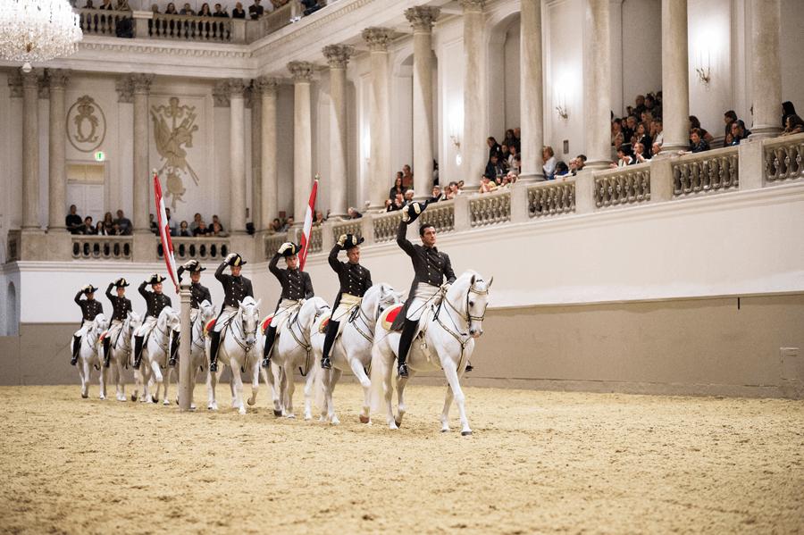 VONsociety: Spanische Hofreitschule, Lipizzaner, Vorführung, Winterreitschule © Rene van Bakel