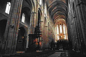 Interior de la basílica de Saint-Maximin-la-Sainte-Baume