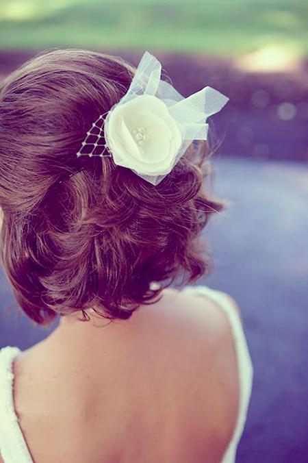 peinados para novias con cabello corto media cola elegante