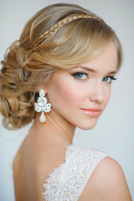 volumen arriba y despeinado en el recogido ste peinado es ms relajado puedes darle un lindo toque agregando flores o broches en ciertas reas