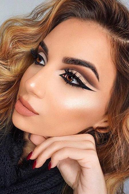 sin importar los colores que uses el cat eye es el aliado perfecto ya que le da equilibrio a tu maquillaje