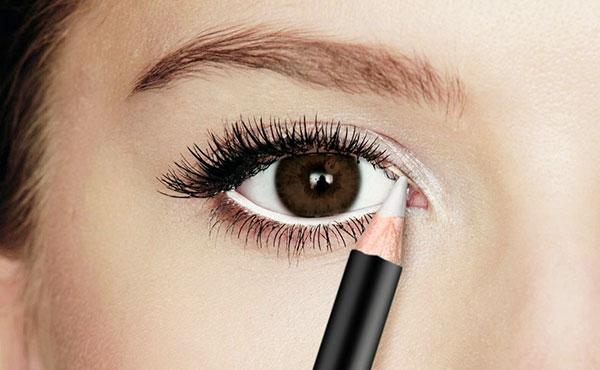 delineador blanco para resaltar los ojos