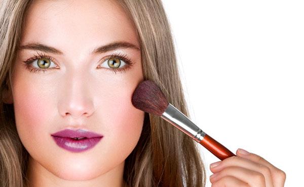 lipstick y blush intenso en maquillaje para fotos