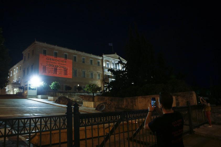 Κόσμος φωτογραφίζει την φωταγωγημένη Βουλή, μέρος των εκδηλώσεων της Παμποντιακής Ομοσπονδίας Ελλάδος, την Ημέρα Μνήμης της Γενοκτονίας των Ποντίων, προς τιμήν των 353.000 θυμάτων της Γενοκτονίας των Ελλήνων του Πόντου, στο μνημείο του Αγνώστου Στρατιώτη στο Σύνταγμα, Κυριακή 19 Μαΐου 2019,  ΑΠΕ-ΜΠΕ/ΑΠΕ-ΜΠΕ/ΓΙΑΝΝΗΣ ΚΟΛΕΣΙΔΗΣ