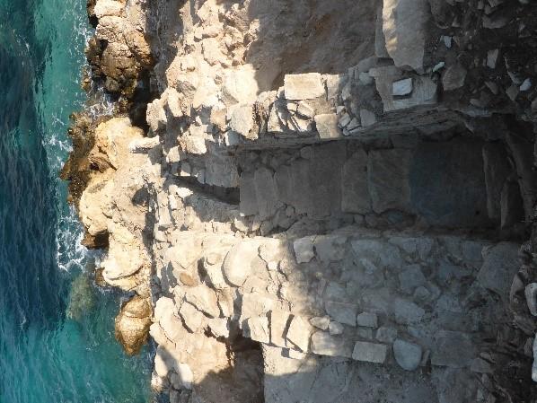 6 Είσοδος στον οικισμό στο Σκάμμα H, με τα σκαλοπάτια να καλύπτουν τον αποστραγγιστικό αγωγό