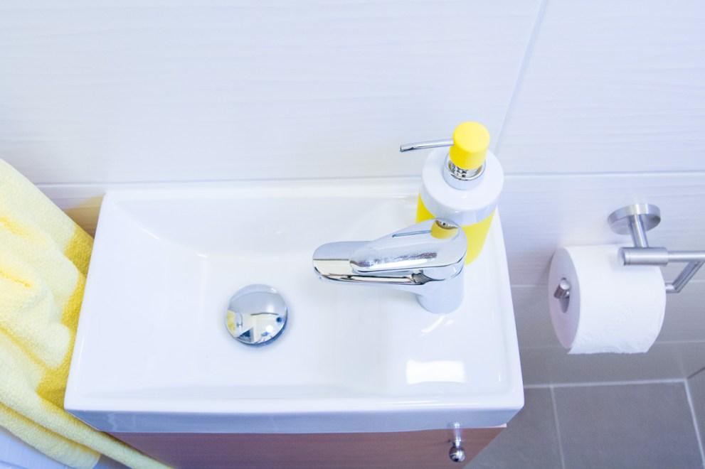 kleines Gaeste WC Waschtisch mit Unterschrank