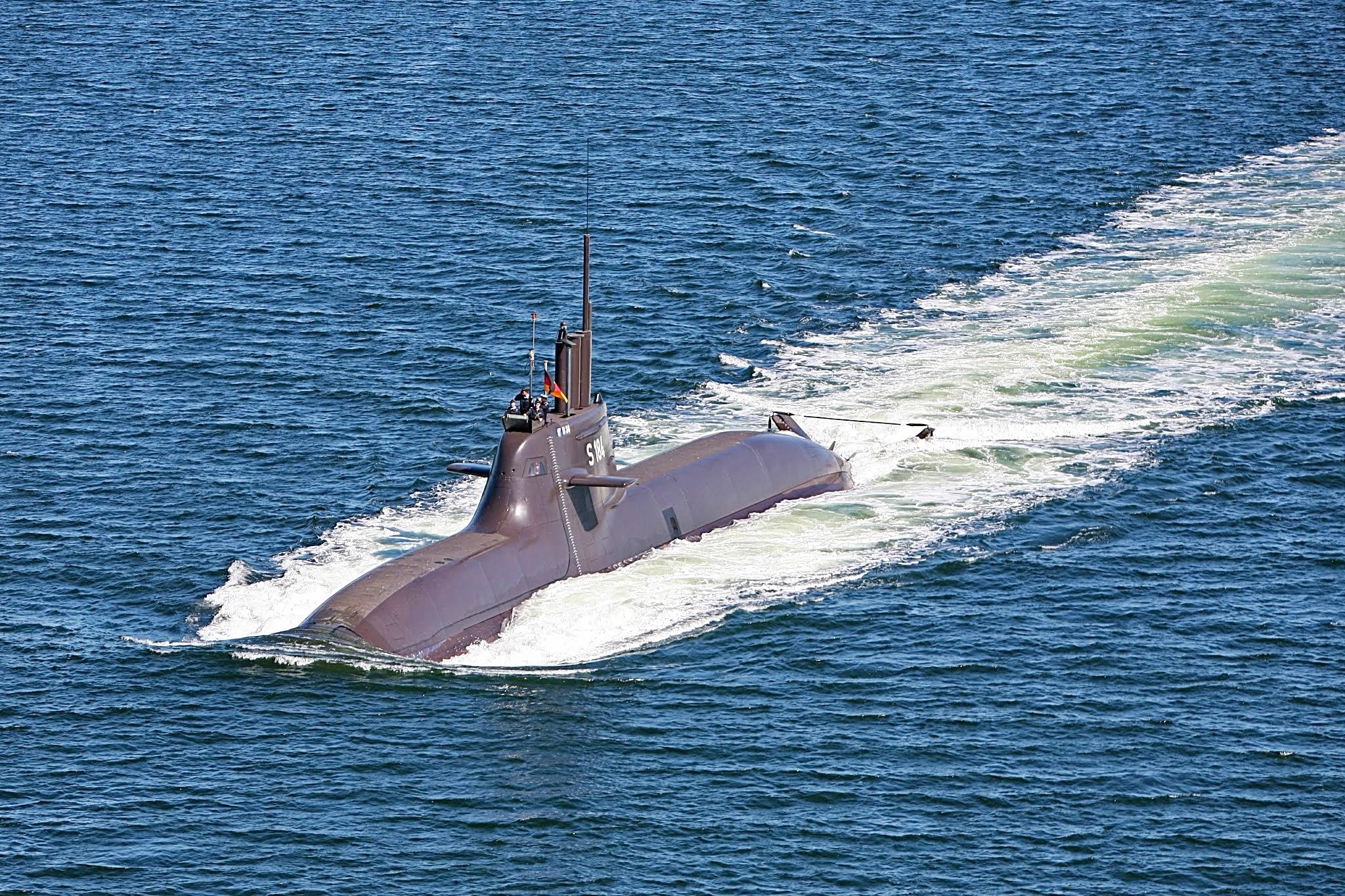 Luftbild vom U-Boot (U 34) der Klasse 212A in Fahrt