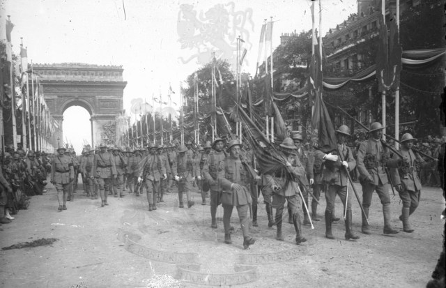 Marcha de tropas em Paris