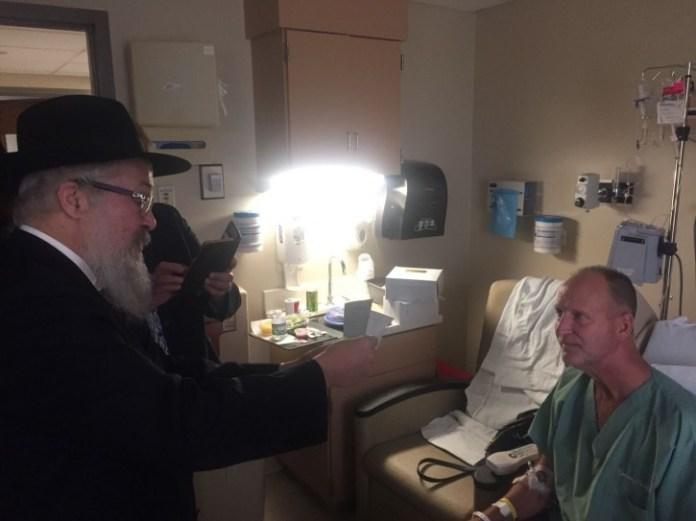 Rabbi Yisroel Rosenfeld, reading letter of Thanks. (Chabad.org)