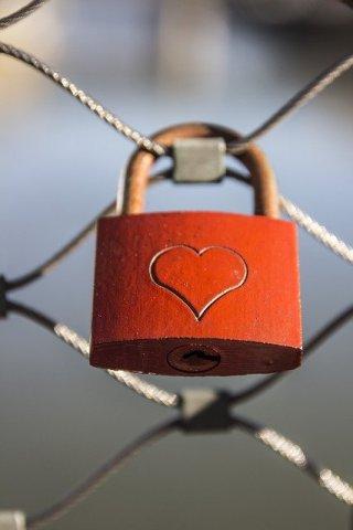 cadenas rouge avec un coeur  symbol d' infertilité et d'autorisation de s'aimer