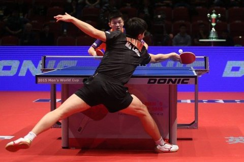 deux joueur de ping pong et une balle très rapide