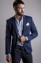 homme habillé élégamment en bleu