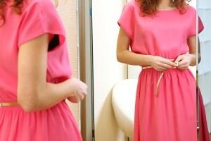 Reflet d'une robe rose dans un miroir