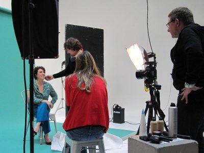 Marylène en pleine séance vidéo pour le relooking couleurs interviewée par la rédactrice adjointe photo