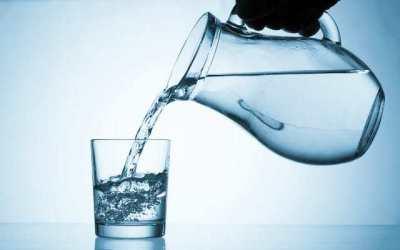 L'eau pour hydrater notre corps - en plus de la protection solaire