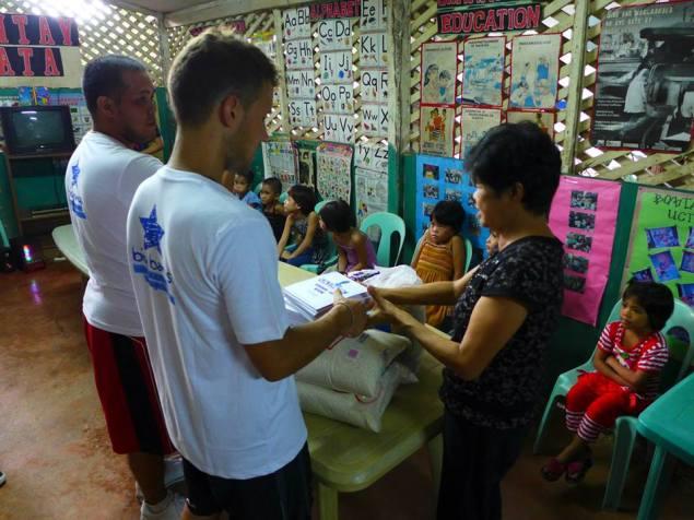 Passe ton smile Philippines Big Bang Ballers don de nourriture et de matériel scolaire car le savoir est une Arme