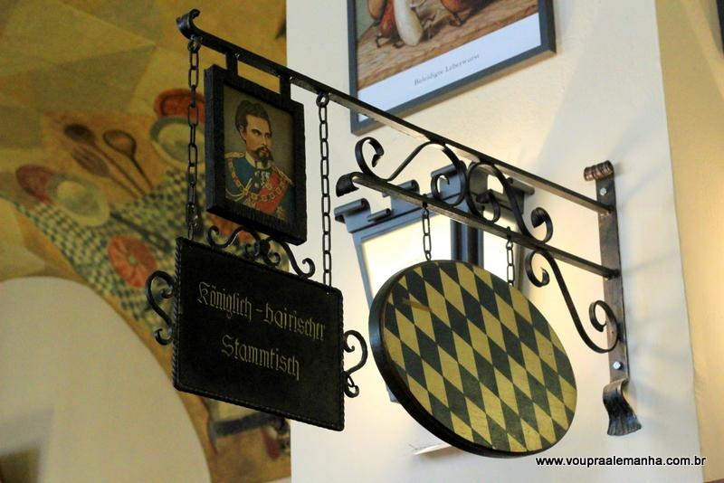 Mesa cativa na Hofbräuhaus de Munique
