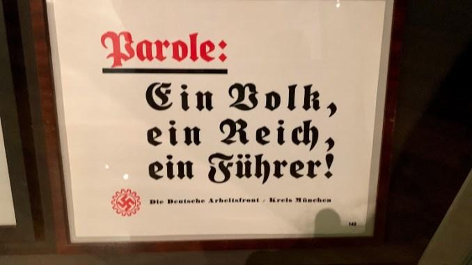 """""""Um povo, um reino, um Führer"""": quadro da Frente dos Trabalhadores Alemães da região de Munique"""