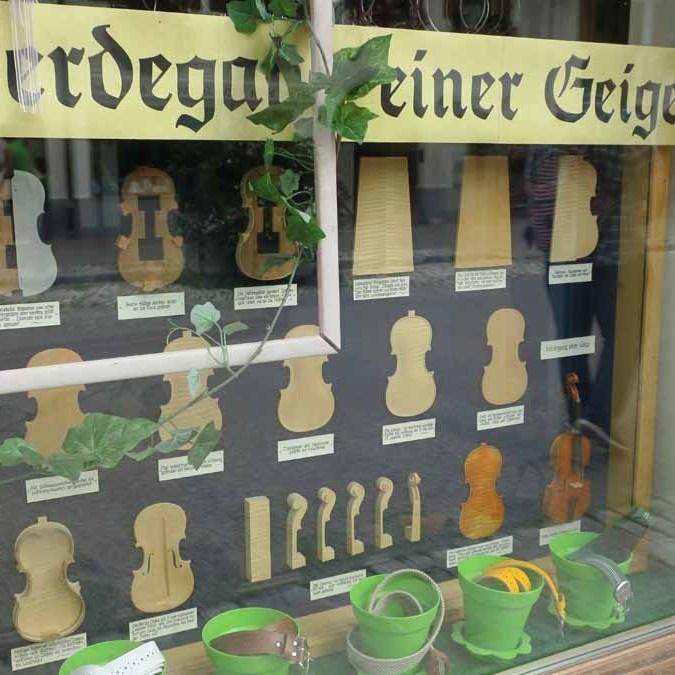 Peças que formam violinos em Mittenwald