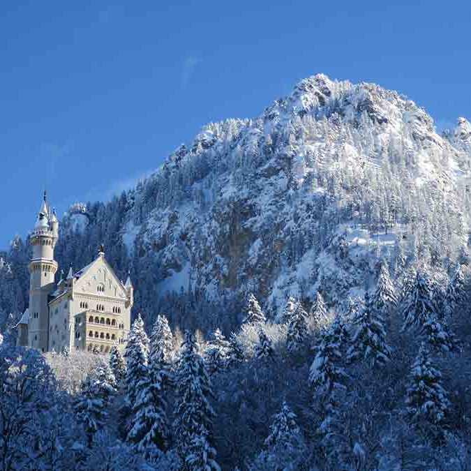Castelo Neuschwanstein com neve no inverno
