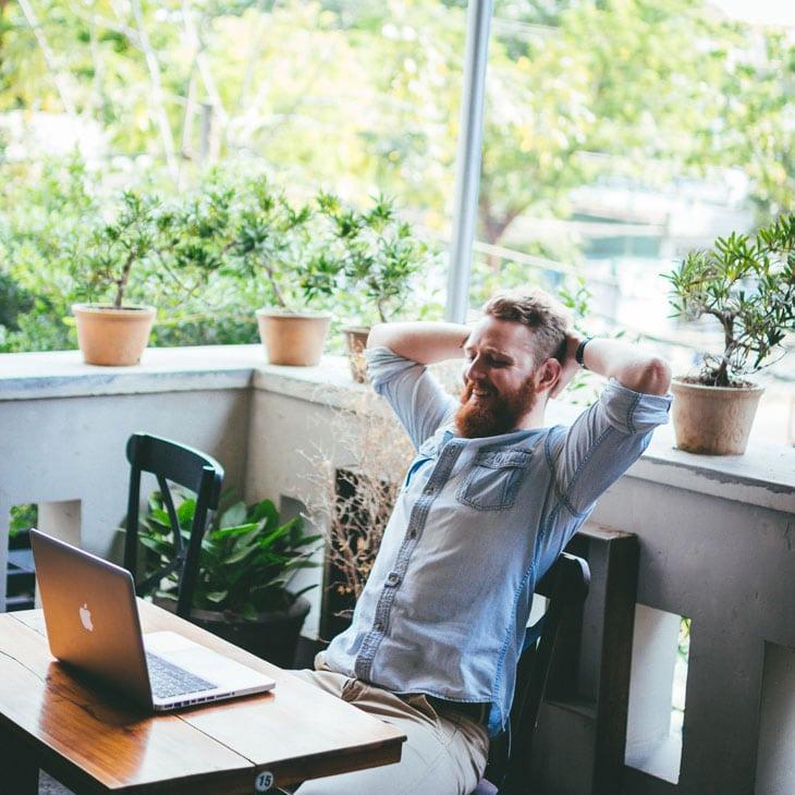 Michael Pinatton, digital nomad, travaille sur ses projets en voyage