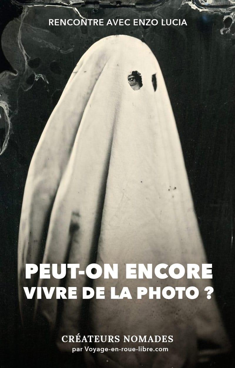 Devenir photographe de portrait, avoir son carnet de commandes plein à craquer et sillonner les routes de France avec son van.  Dans ce portrait, tu découvriras comment Enzo Lucia a su se démarquer en utilisant une technique photographique qui a vu le jour en 1851 : le collodion humide.