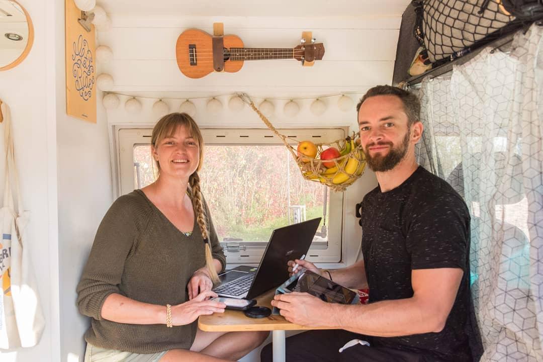 Gilles et maggy sont devenus digital nomads et exercent des métiers créatifs depuis leur van.