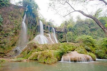 La beauté primitive de la cascade Ban Vat