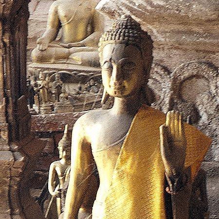 En descendant le Mekong au Laos : la grotte de Pak Ou