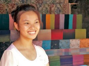 Jeune vendeuse de tissus - Pak Ou