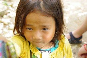 Vietnam - une petite vendeuse de bracelet en haut de SAPA