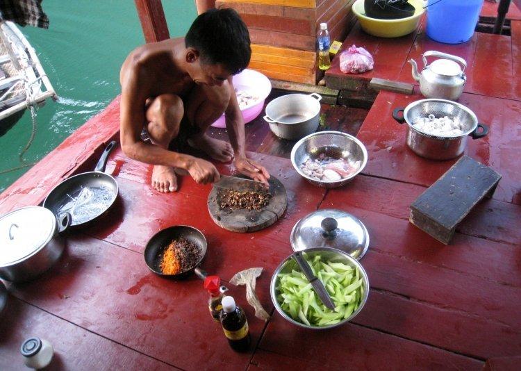 Baie d'Halong - Préparation du repas à même le pont de la jonque