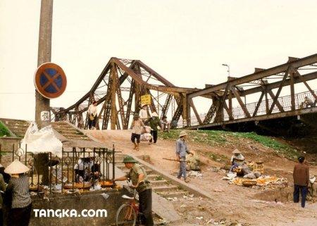 Animation au pied du pont, Vietnam