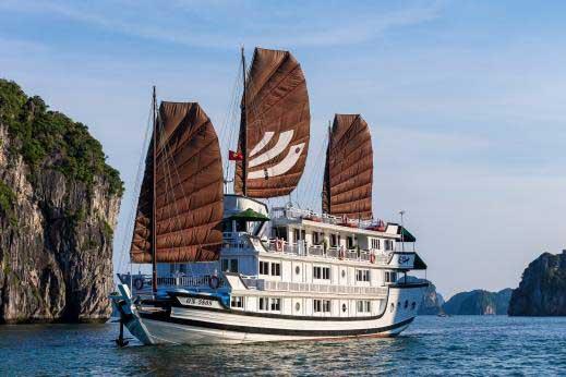 Jonque Bhaya Classic en baie d'Halong, VietnamJonque Bhaya Classic en baie d'Halong, Vietnam