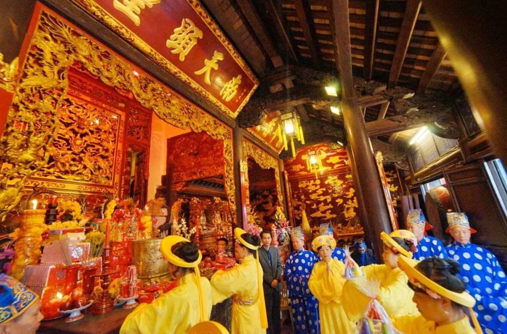 Cérémonie au temple supérieur - Temple Cua Ông, Vietnam