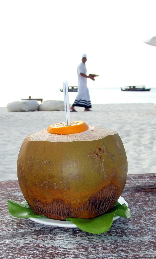 Cocktail on the beach aux Maldives par voyage en beauté