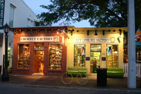 Boutiques dans Duval Street avec les incontournables key lime pie et coconut factory : biscuits, bonbons, cosmétiques, l'enfer ou le paradis !!!