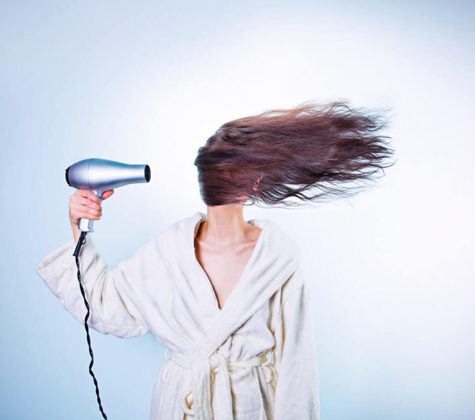 astuces-utiliser-seche-cheveux-blog-voyage-beaute