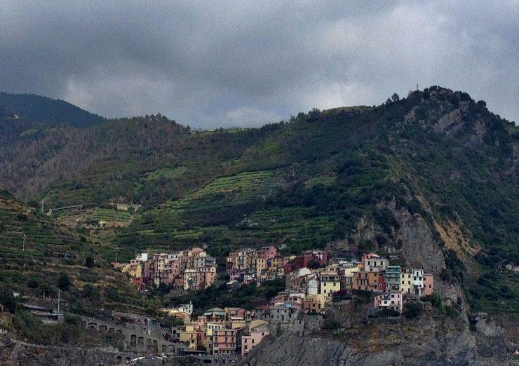cinque-terrer-riomaggiore-mountains