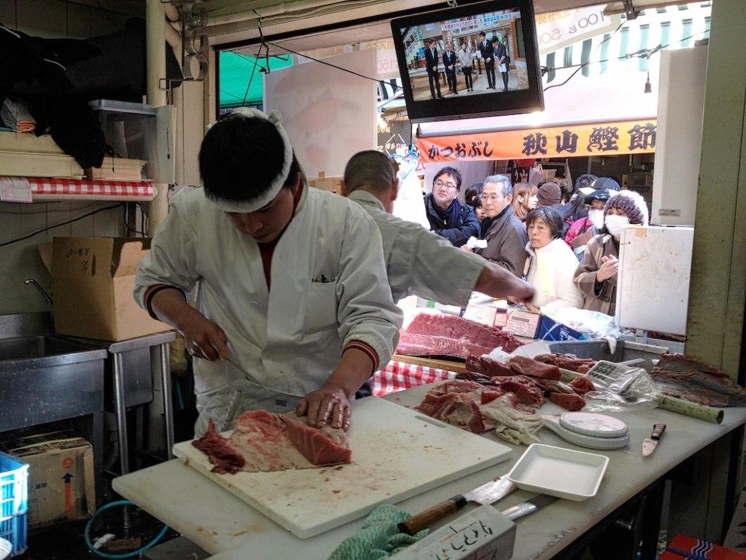 tsukiji-market-preparing-tuna
