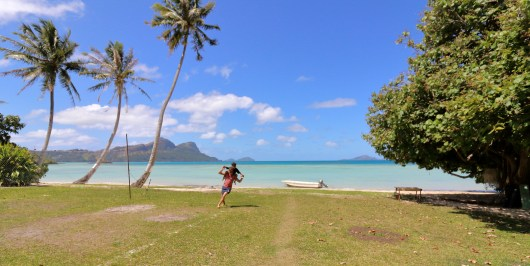 Playing in Ariki's garden on Taravai - what a beautiful setting. Large garden, volleyball court, private beach... very nice!