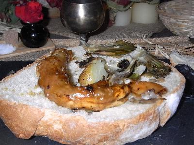 Le tranchoir est une tranche de pain très épaisse sur laquelle on pose les viandes en sauces ou les légumes. Imbibées de jus à la fin du repas, elle peut être consommées ou donnée aux pauvres en charité, ou aux chiens de la famille.